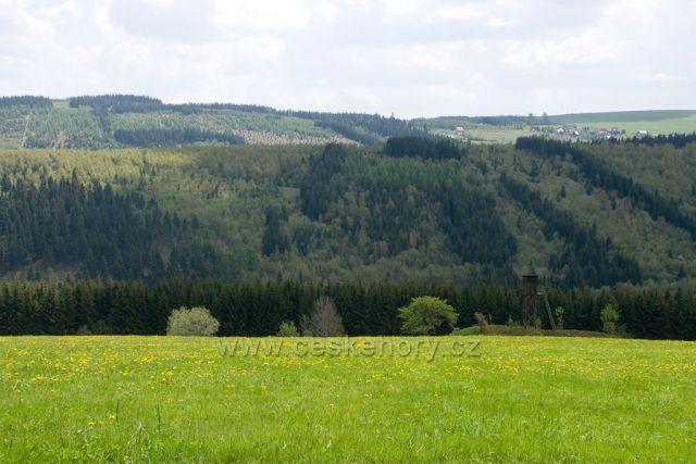 Krušné hory, pohled přes hranice do Čech, za lesem Háje