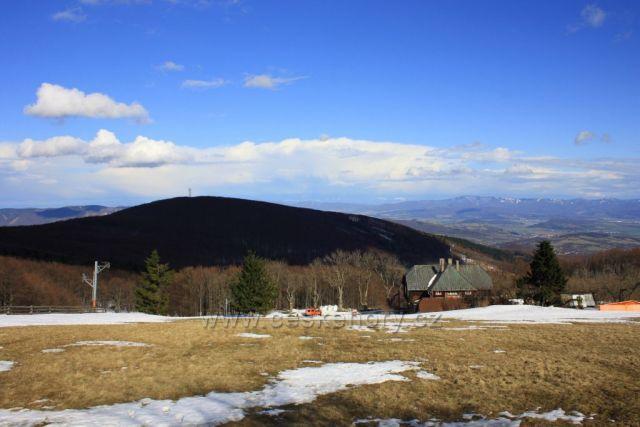 Holubyho chata , v pozadí Jelenec
