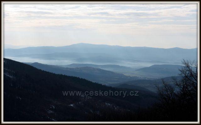 výhled 14.4. ráno od Holubyho chaty směr Povážský Inovec