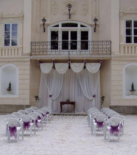 Zámek Bystřice nad Úhlavou svatební obřad v předzámčí