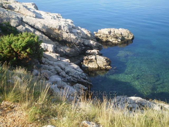 Skalnaté pobřeží u Povile.