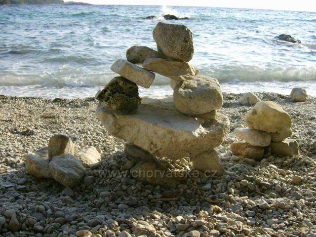 Lidová tvořivost, jedna z malých plážiček u Žuljany, Pelješac, Dalmácie