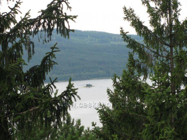 Pohled ze Stezky korunami stromů na vodní nádrž Lipno Autor:Marcela Zajíčková       České hory