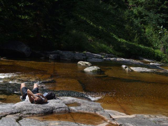 odpočinek u potoka, kousek nad Harachovem