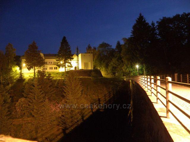 hráz Pastvinské přehrady v noci