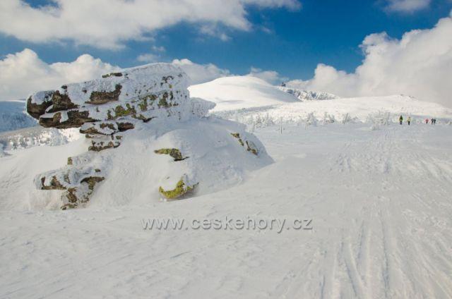 Asi nejmenší žulovým tor na vrcholu Mužských kamenů (1 417 m n. m.) - pohled na Velký Šišák/Śmielec (1 424 m n. m.), Vysoké kolo (1 509 m n. m.) a polskou boudu Wawel na okraji dvou ledovcových karů Sněžných jam