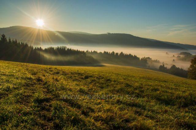 Orlické hory - u Vlčkovic - ranní mlha v údolí Tiché Orlice, nad údolím pak hory Vysoký kámen (843 m n. m.) a Hejnov (711 m n. m.), za sedlem mezi oběma vrcholy Suchý vrch (995 m n. m.)