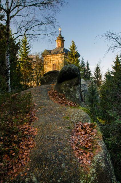 Broumovské stěny - Hvězda (674 m n. m.) - barokní kaple Panny Marie Sněžné z let 1732-1733 (vybudována dle projektu K. I. Dientzenhofera)