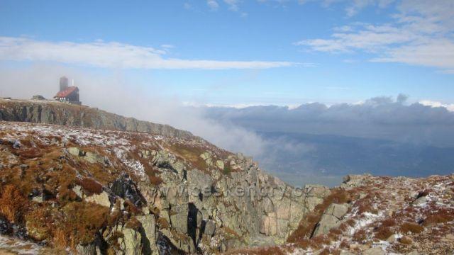 Mlha mizí u Sněžných jam-hory se otvírají