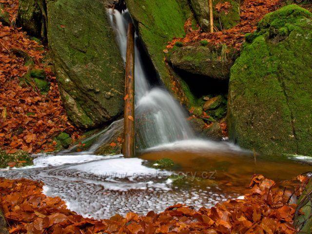 Jeden malý vodopádek na přítoku Jedlové v Jizerkách.