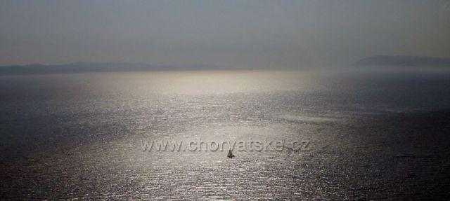 Výřez z večerního záberu Jadranu u Makarské - vlevo Hvar a vpravo Brač
