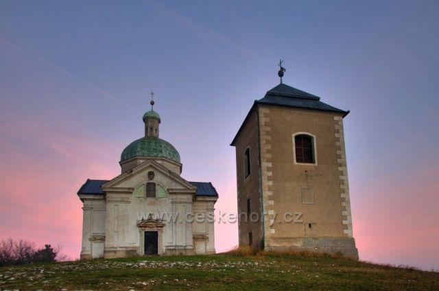 Kostel sv. Šebestiána se zvonicí na vrcholku Svatého kopečku u Mikulova
