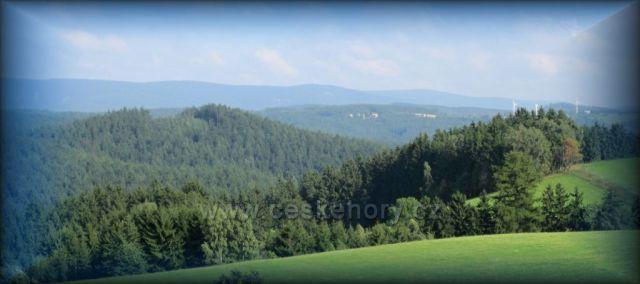 Pohled z Dobrošova u Náchoda na Orlické hory