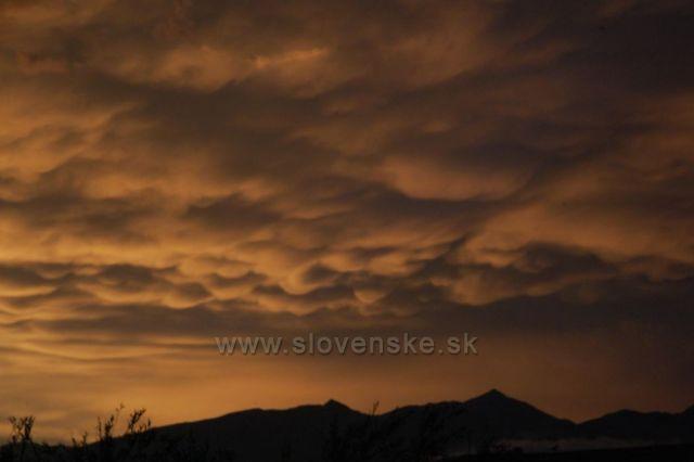 Večer po bouřce - mraky typu Mamma, pohled ze Štrby