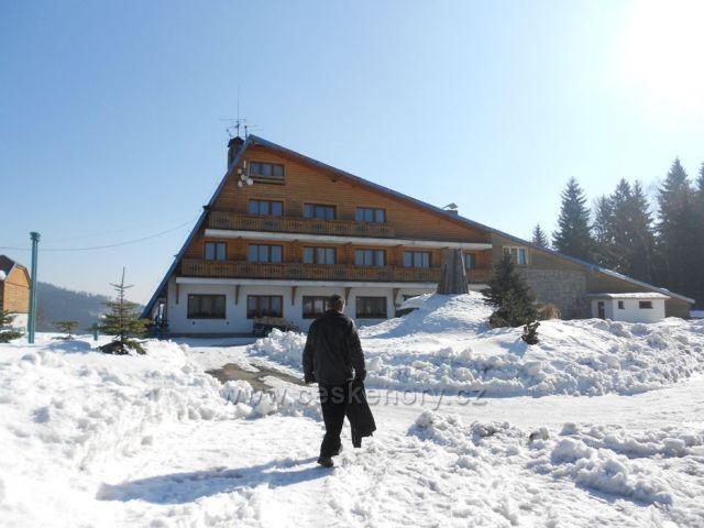 hotel zavalen sněhem