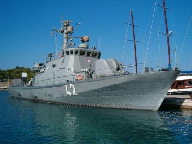 Makarská-kotvení vojenské bitevní lodě