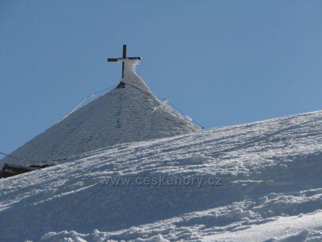 Kaplička na vrcholu Sněžky.