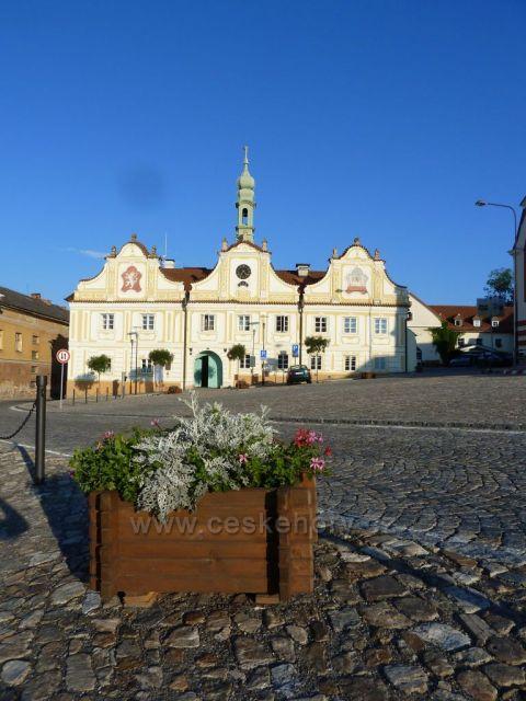 Kašperskohorská radnice na náměstí v Kašperských Horách