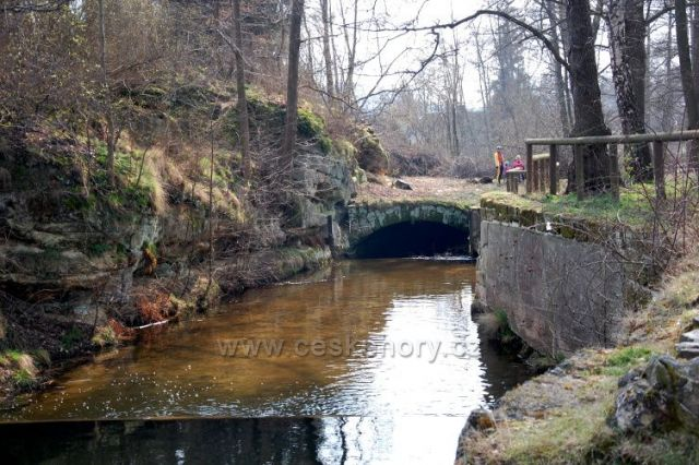 Radvanecký rybník-skalní průrva