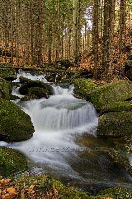 Jeden z mnoha vodopádů na Jelením potoce.