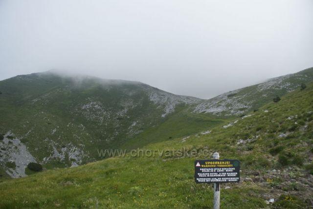 Pohoří Velebit - cedule s varováním před minami.