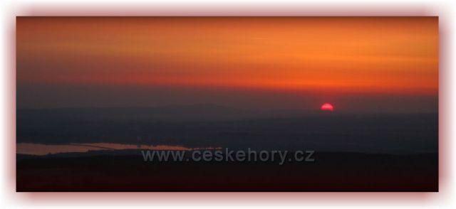 Západ slunce z rozhledny Sendraž u Nového města n. Met.