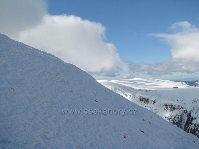 Obří pláň s Luční boudou. Výhled ze Sněžky.