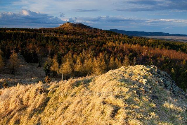 Pohled na Velký Špičák z vrcholu Středního Špičáku.