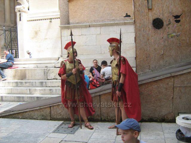 před Diokleciánovým palácem ve Splitu