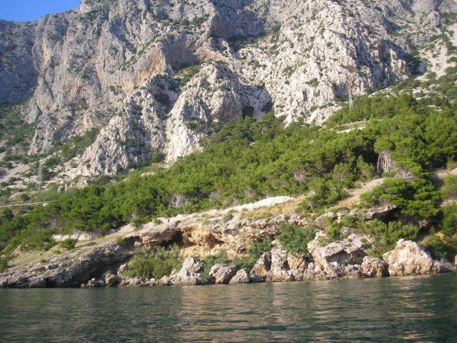 pobřeží v Drašnicích s majestátním Biokovem