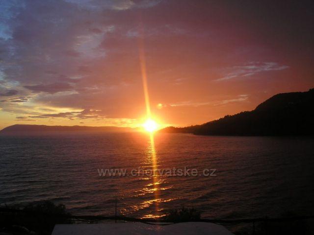 slunce, překrásný manekýn se prkenně uklání k západu
