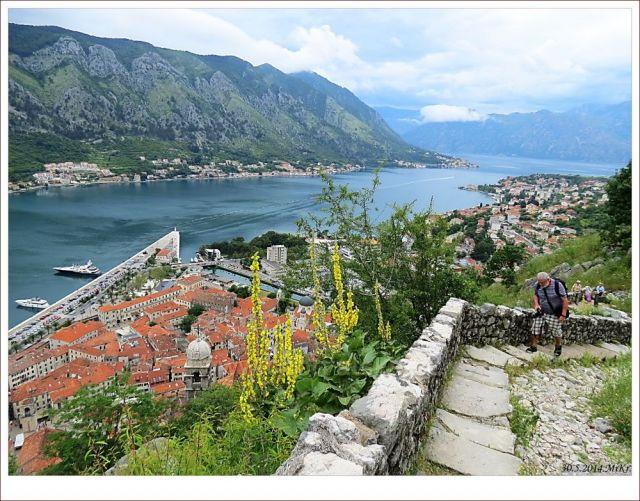 ...město Kotor a záliv