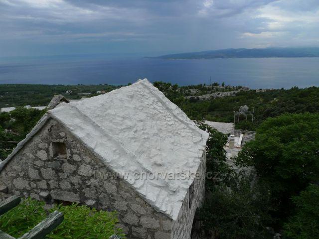 staré dalmátské domy v Topići, v pozadí ostrov Brač
