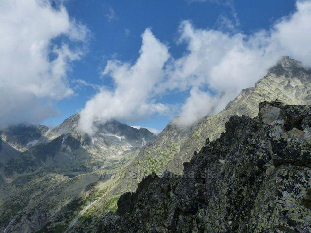 vrcholky v mrakách z Lomnického sedla