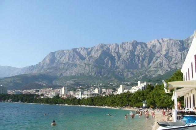 hotely podél pláže a pohoří Biokovo