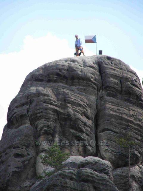 šikovný horolezec zvládl skálu v Adršpachu