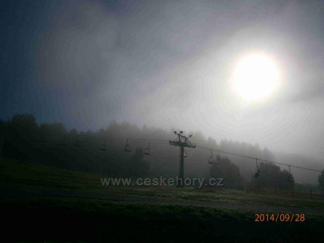 slunce vykukuje z ranní mlhy - Lipno