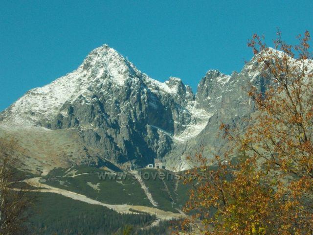 pohled z Tatranské Lomnice na Skalnaté pleso a Lomnický štít