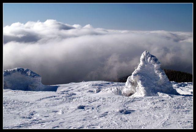 Sněhový obelisk na Jelením hřbetu v Jeseníkách