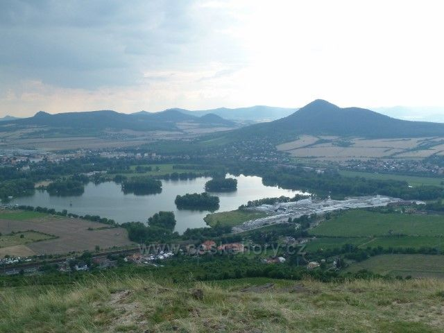 Pohled z Radobýlu na Žernosecké jezedro