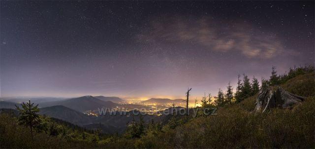 Podzimní noc na Lysé hoře. Foceno kousek pod vrcholem cestou na Kobylanku po žluté značce.
