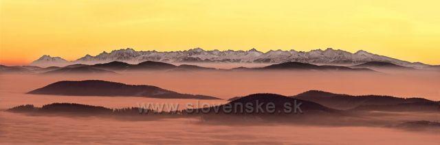 Foceno je z Lysé hory v Beskydech, nejvyššího kopce Moravskoslezských beskyd, ale v na horizontu jsou vyobrazeny Tatry.