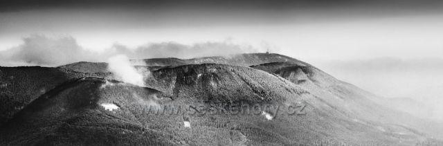 Vlevo Malá Stolová, vpravo od ní Velká Stolové, vpravo od ní Noříčí hora a vzádu Radhošť. :) Foceno z Malchoru pod Lysou horou.