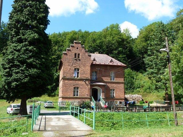 Travná - fara z roku 1879 stojí vedle kostela Neposkvrněného Početí Panny Marie