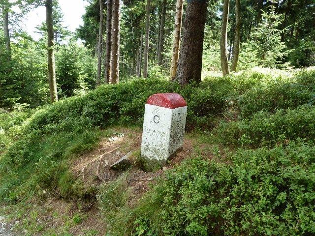 Hraniční kámen u cesty na Borůvkovou Horu