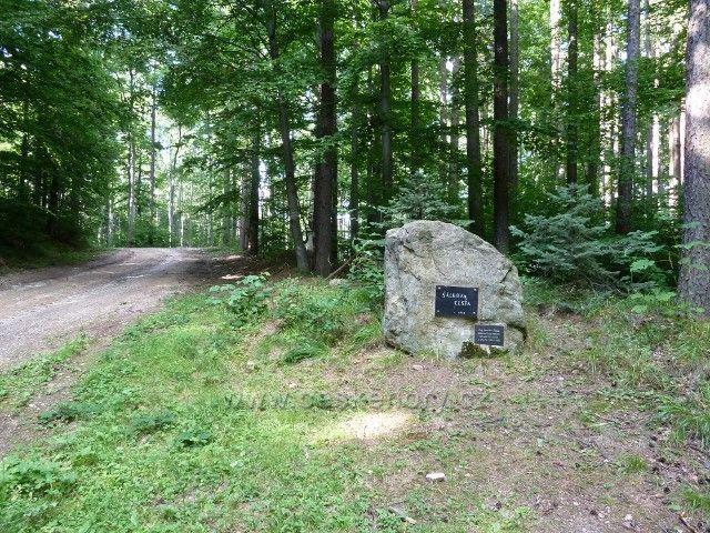 Račí údolí - pamětní deska u Šálkovy lesní cesty