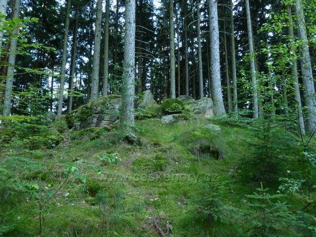 Venušiny misky - kamenitý terén podél cesty na vrchol Smolného