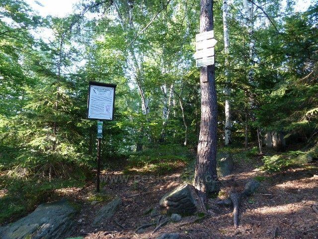 Venušiny misky - vrchol Smolného s informační tabulí a turistickým rozcestníkem