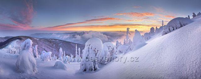 Východ slunce z bývalé velké sjezdovky na Lysé hoře.