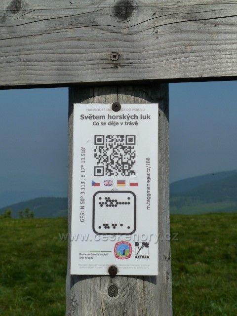 Světem horských luk - informační tabulka na úbočí Velkého Máje